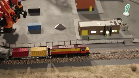 Carga y descarga de container, tren en movimiento